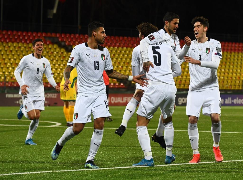 I festeggiamenti degli azzurri dopo il gol dello 0 a 1 di Stefano Sensi contro la Lituania (finita 0-2)